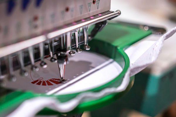automatische-industriele-naaimachine-door-digitaal-patroon-moderne-textielindustrie_56644-413 (2)